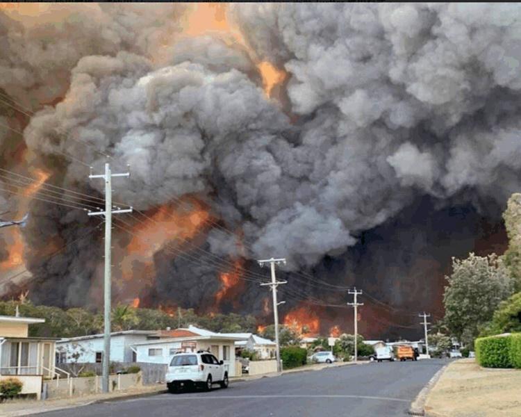 至今已有100多間房屋焚毀。