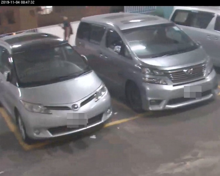 C29片段零時47分都見到疑似周梓樂行經停車場2樓,提起右手疑在使用手機。