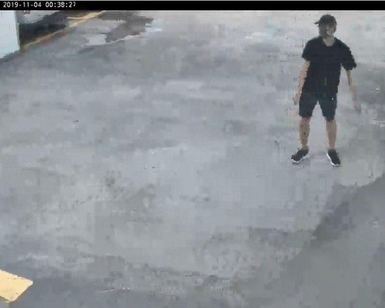 C21片段零時38拍攝到穿黑衣短褲、戴帽及口罩揹背囊疑似周梓樂的人獨自行經停車場2樓。