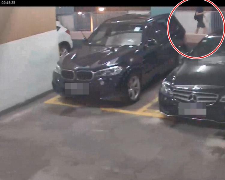 C29片段零時49分見到疑似周梓樂行經停車場2樓,提起右手疑在使用手機(紅圈示)。