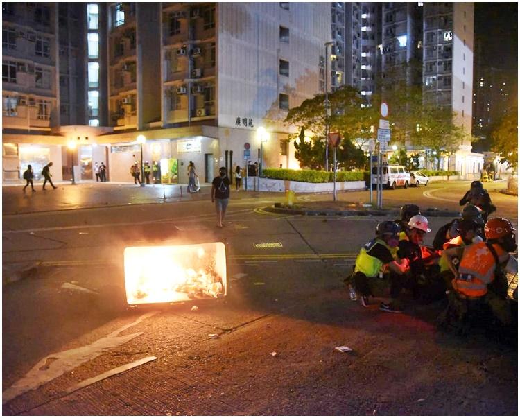 示威者在廣明苑對開縱火。