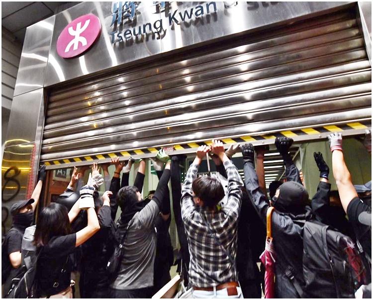 示威者合力拉開將軍澳站鐵閘闖入破壞。