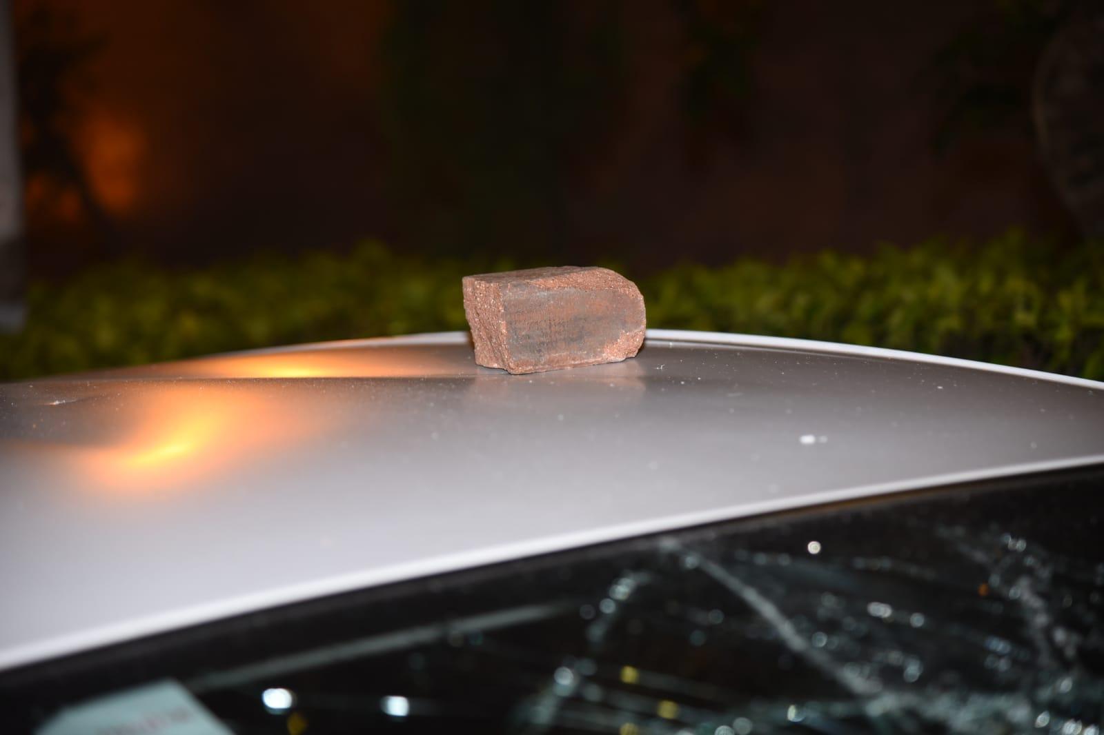 一輛泊於廣明苑路旁的採訪車被刑毀。
