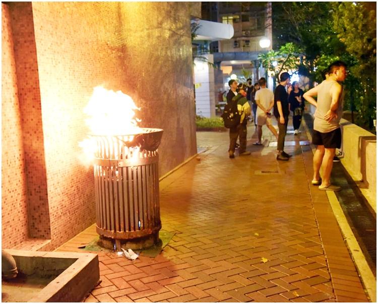 垃圾桶被縱火焚燒。