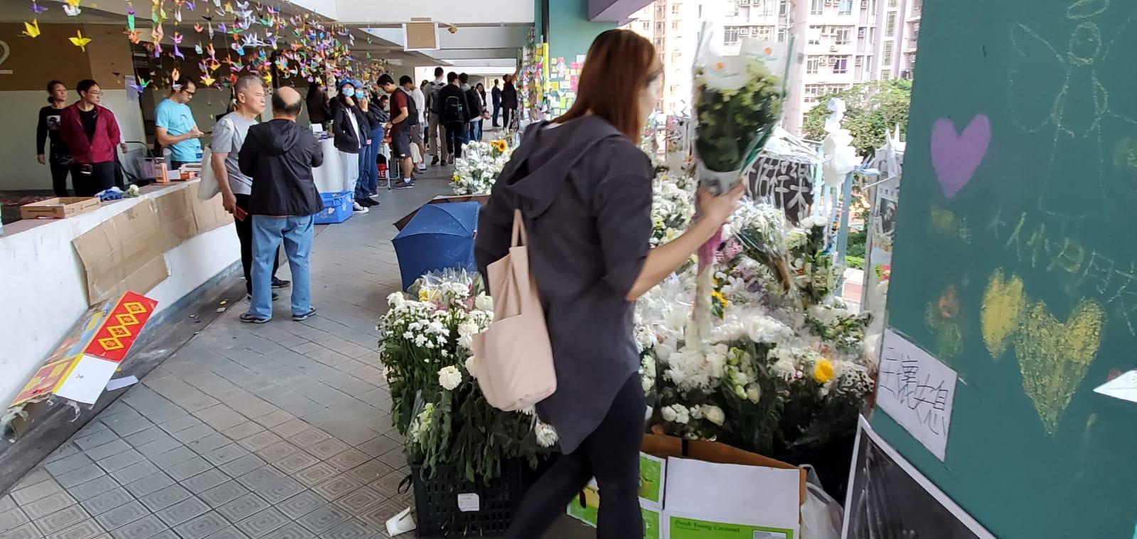 早上續有人到場獻花。