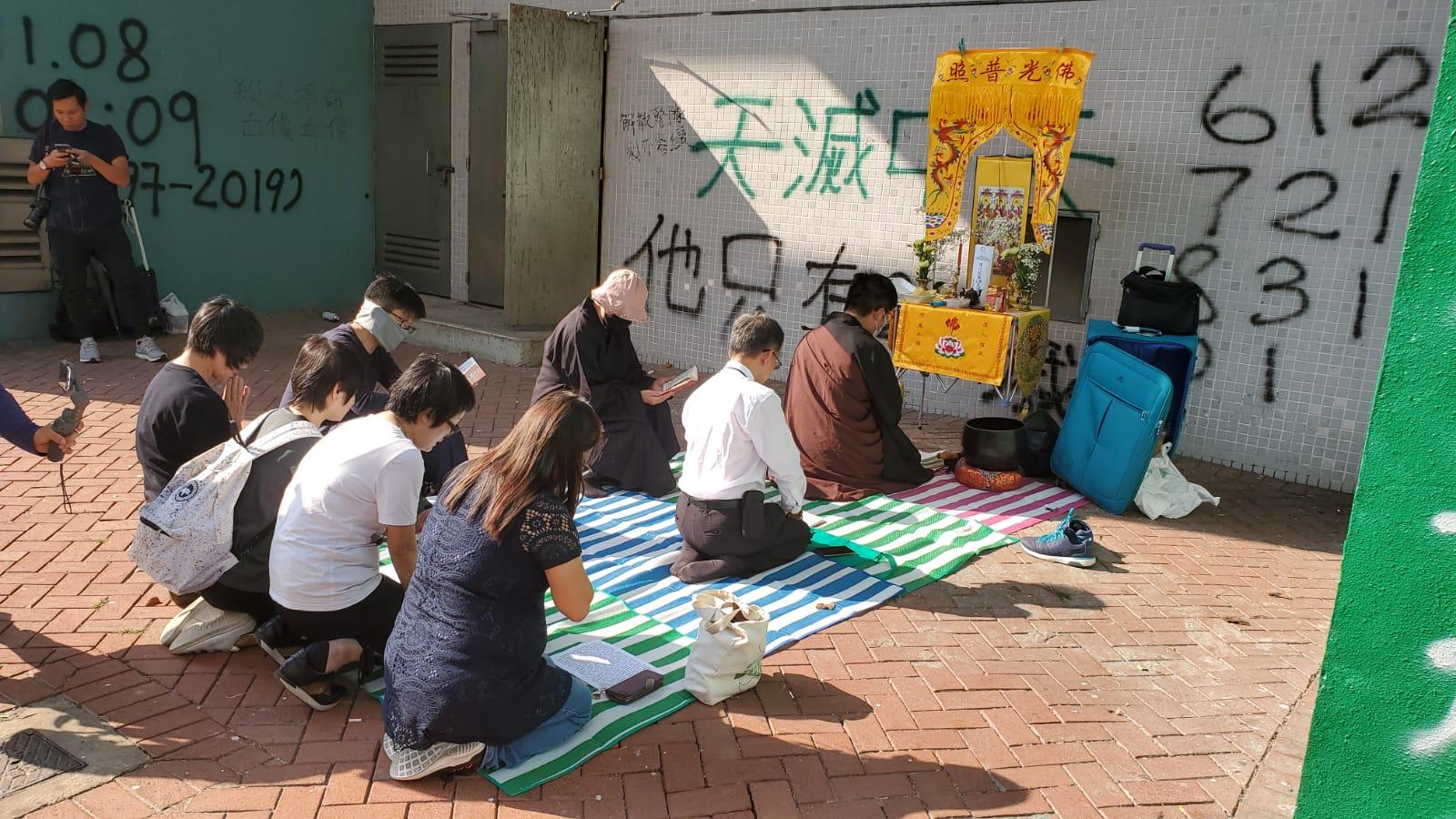 祭壇設於佛教志蓮小學對開的尚德停車場外。
