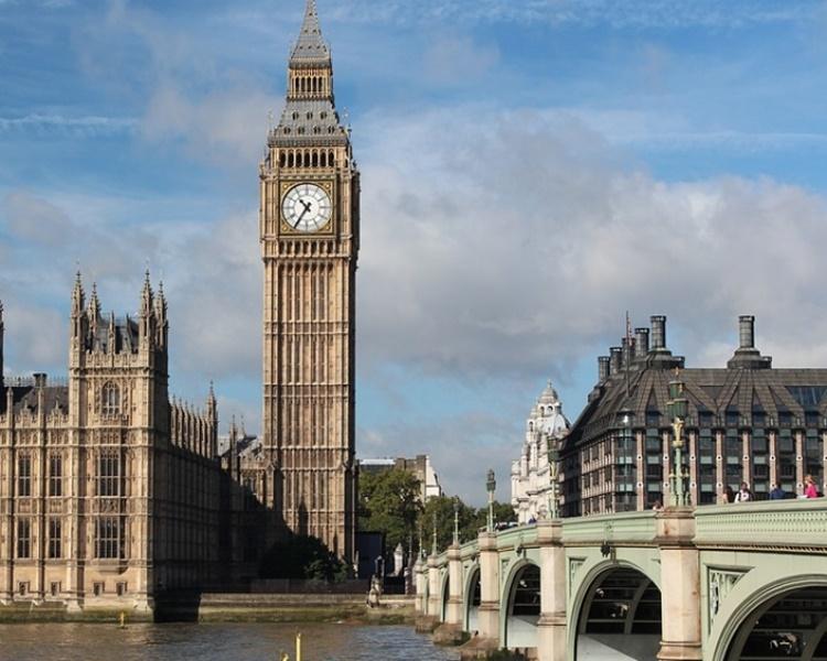 穆迪調降英國信評展望至負面。網上圖片