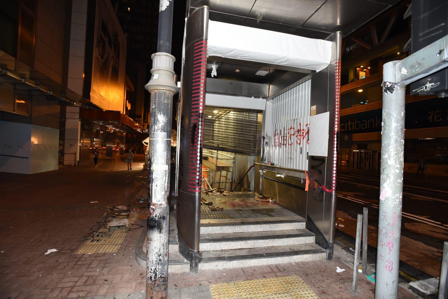 旺角站出入口遭堆雜物縱火。