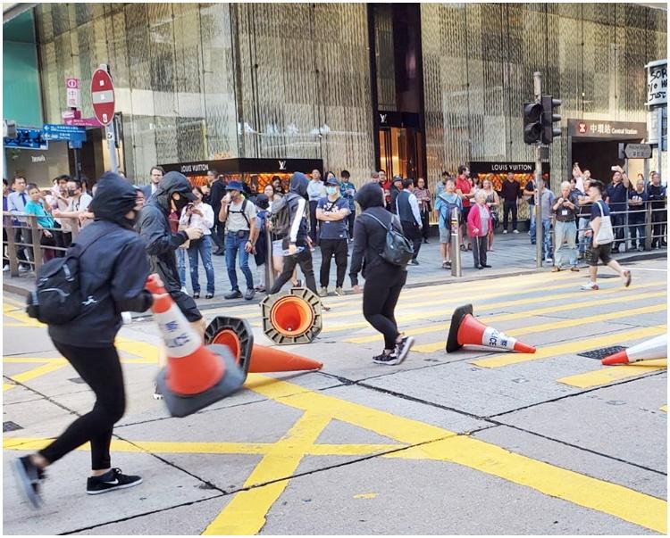 一批示威者昨午在畢打街集結並將雪糕筒等雜物放置在馬路上。
