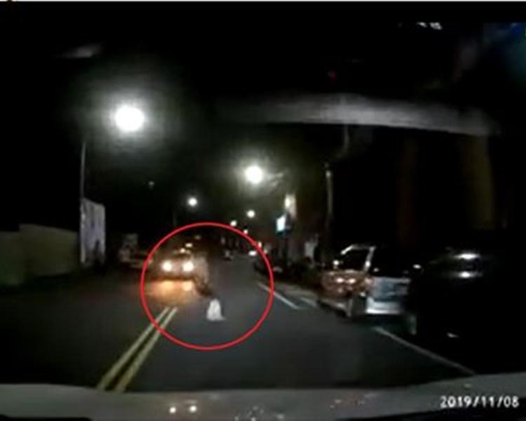 男子突然在汽車駛近時衝出馬路躺地。網圖