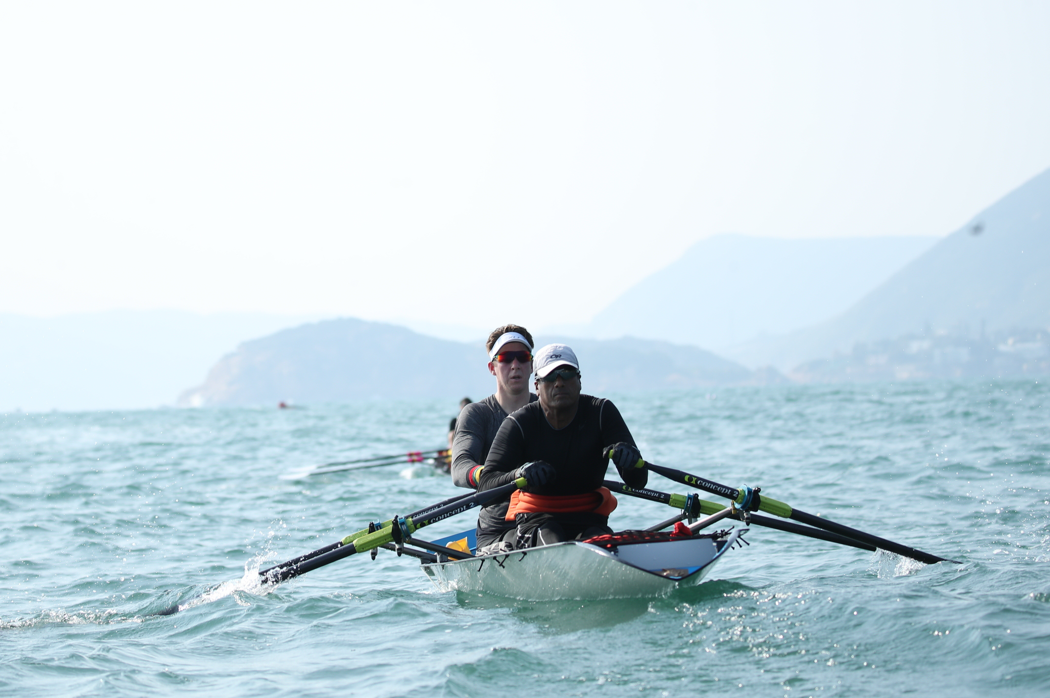 施杰浩(前)及Augustas(後) 雖為展能賽艇運動員,但二人的體態良好,無懼45公里環島賽的風浪。施更表示經常鍛鍊自己體格,目的就是隨時準備接受挑戰。相片由公關提供