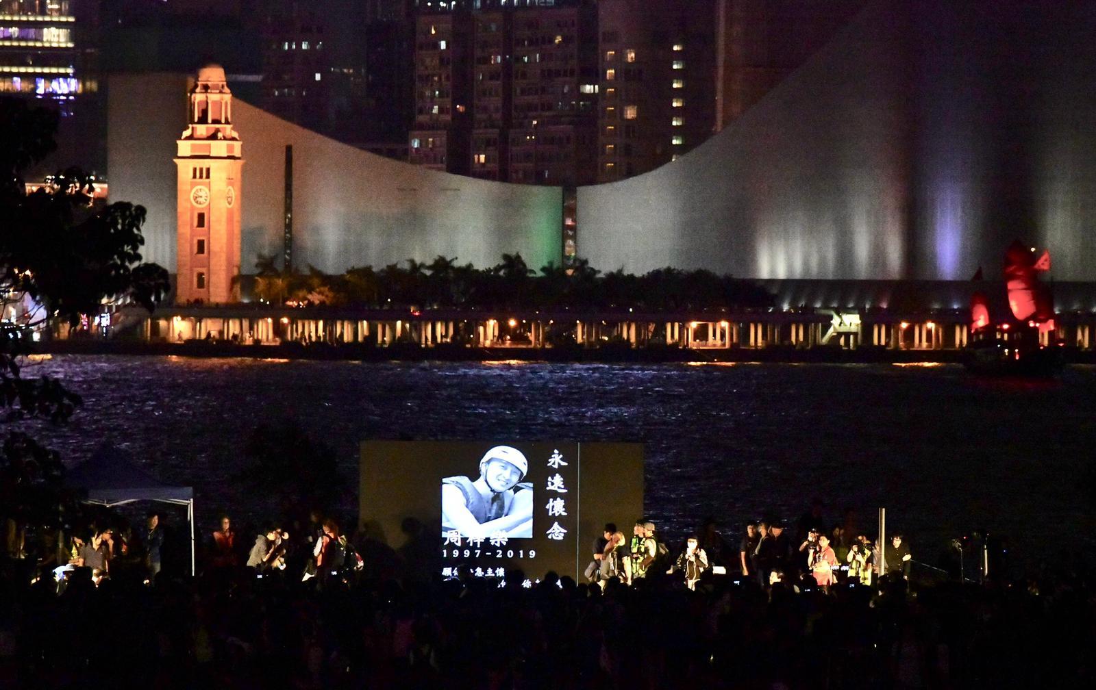 金鐘添馬公園祈禱追思集會晚上8時半結束。