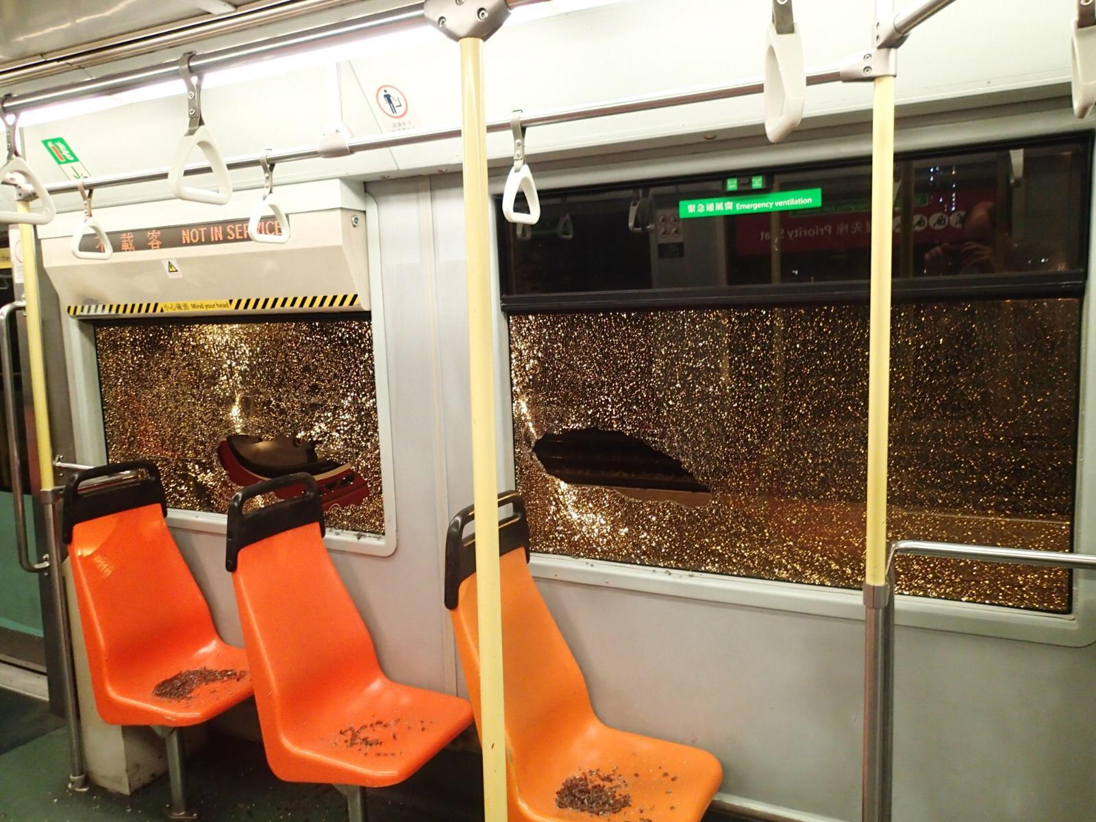 一輛雙卡輕鐵於天恆站被人擊毀玻璃窗。港鐵提供