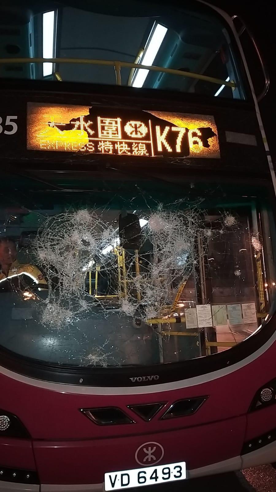 一輛港鐵巴士昨晚遭惡意破壞,擋風玻璃被擊毀。 港鐵提供
