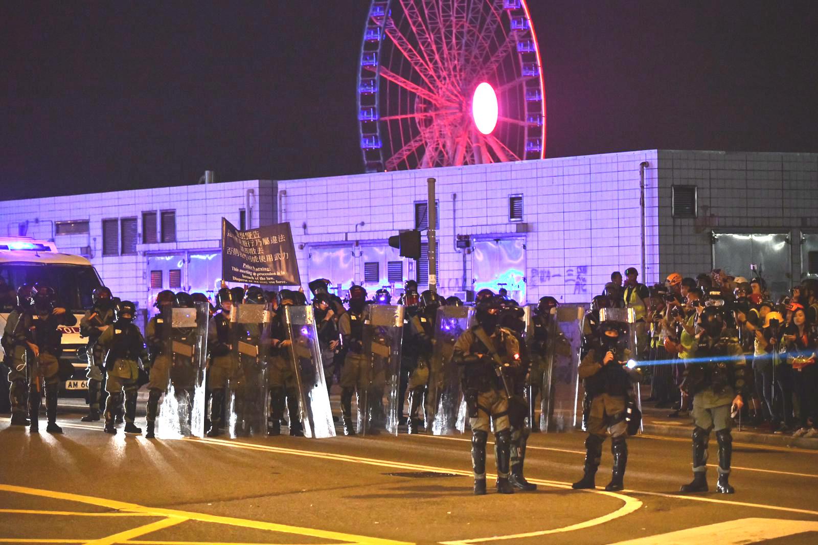 防暴警察到龍和道戒備。