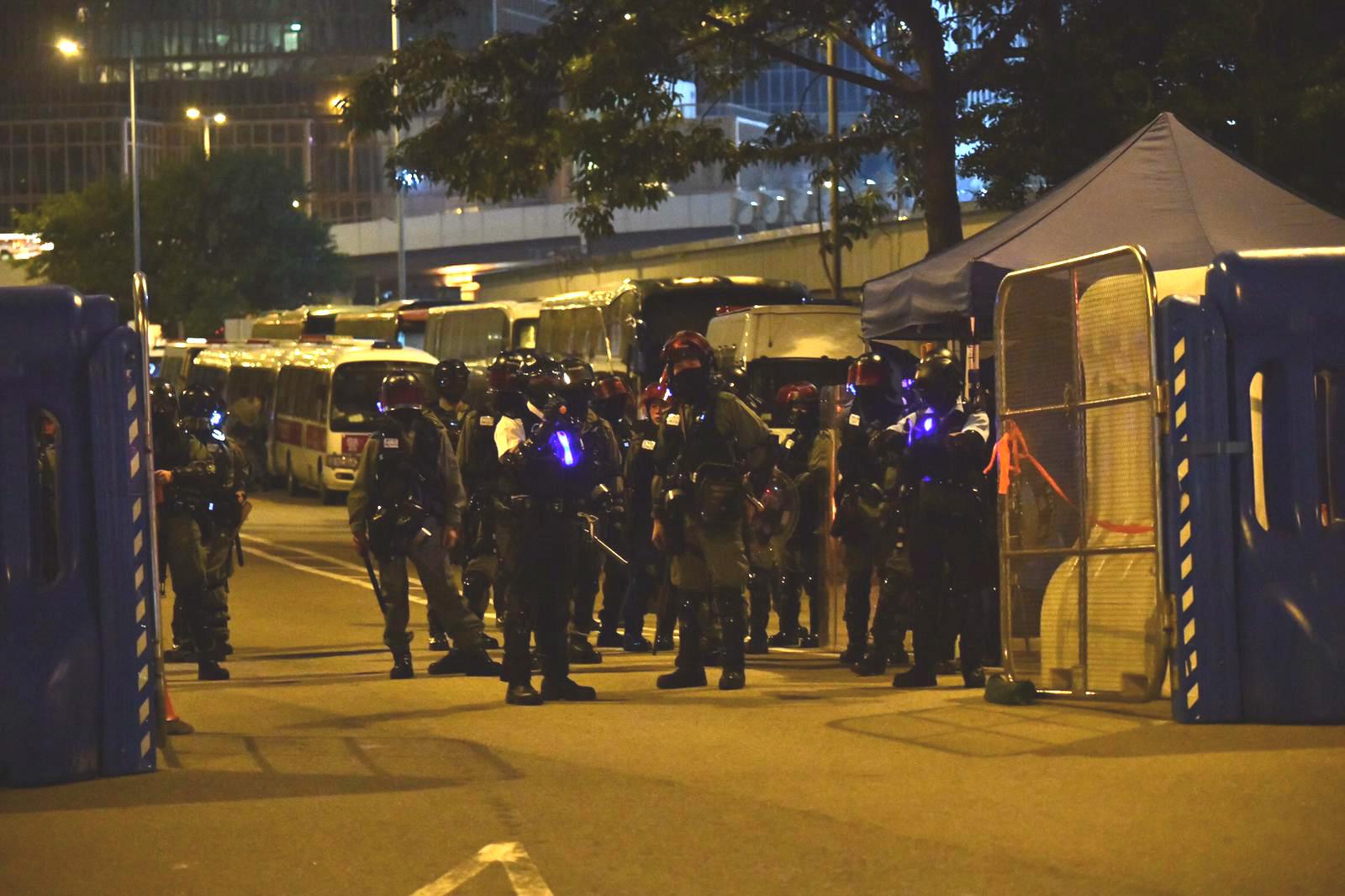 防暴警察在特首辦外駐守。