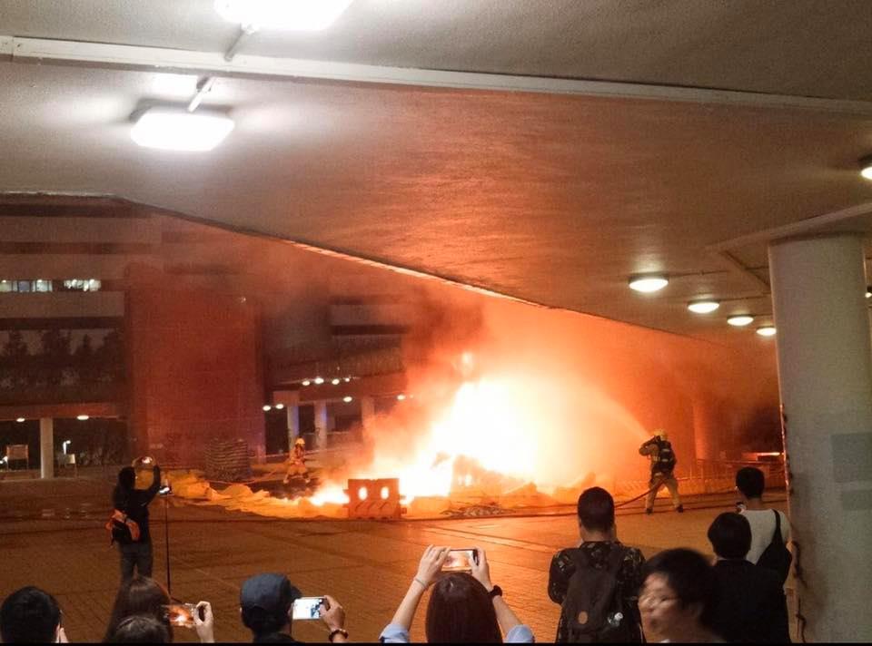 有人燒雜物縱火。FB「屯門人屯門事」圖片