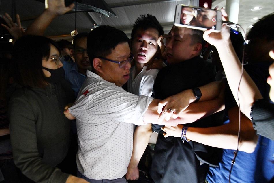 涉事內地生被學生包圍。資料圖片
