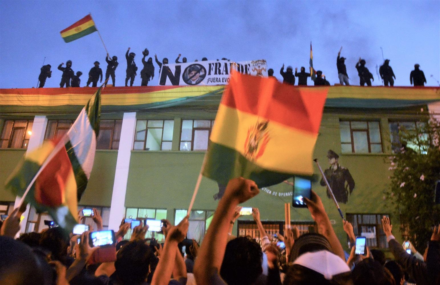 有警員加入反政府示威行列。AP