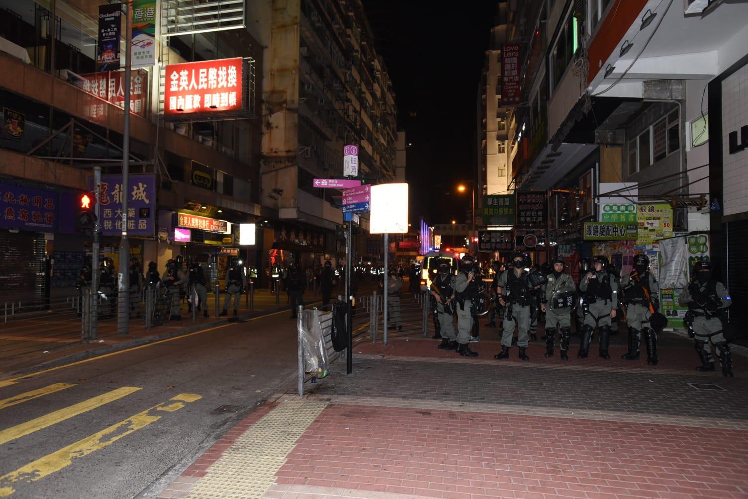 防暴警察驅散人群