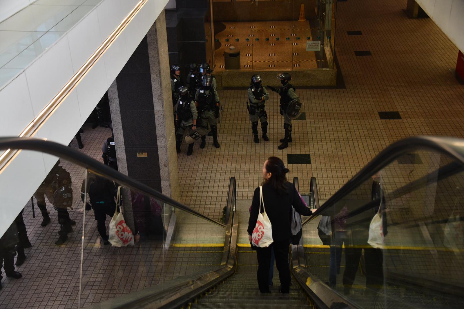 【修例風波】黑衣人游走坑口東港城 防暴警察進入Popcorn商場