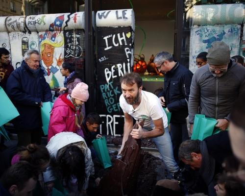 法雕塑家巧製朱古力柏林圍牆 與眾分享甜蜜