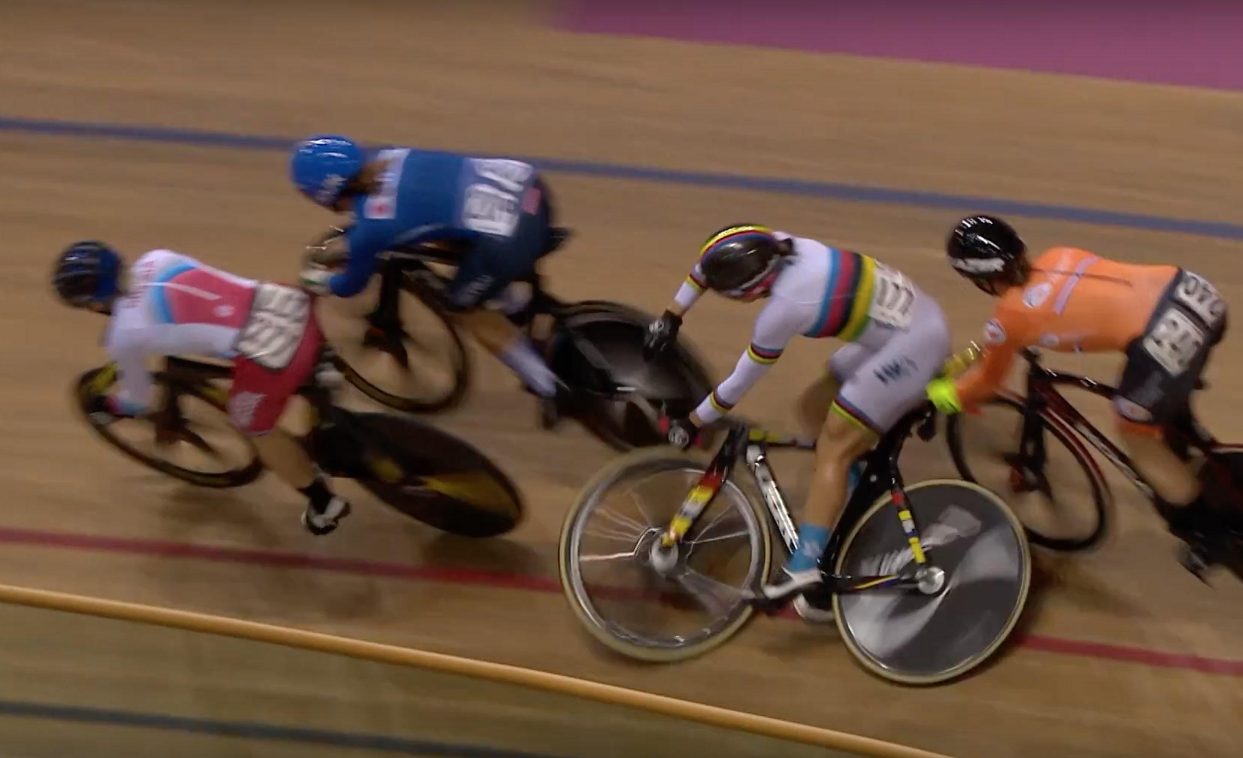 李慧詩(彩虹戰衣)出戰場地單車世界盃英國格拉斯哥站凱林賽,次輪第五圈發生意外跌倒,無法完成比賽。UCI網上直播截圖