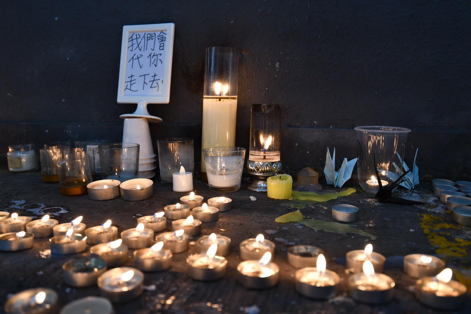 大批市民連日舉行悼念活動,今早尚德廣場停車場亦有市民悼念。