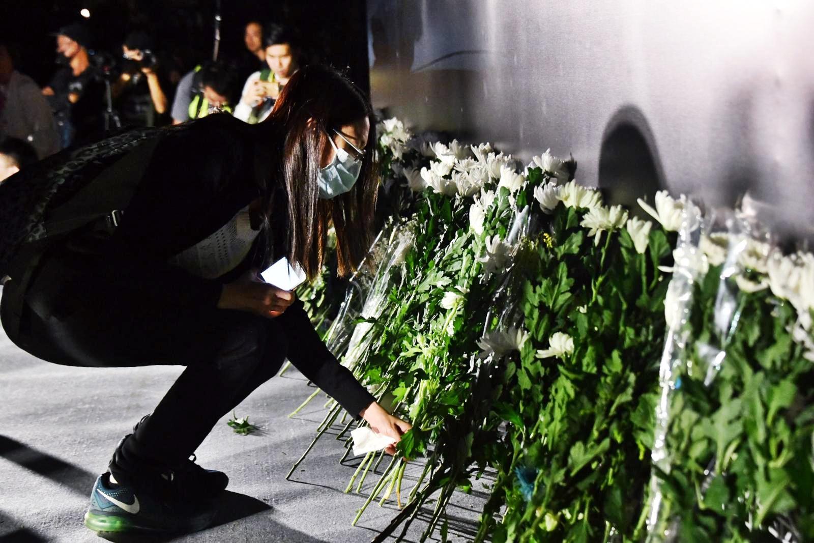 市民上台獻花。