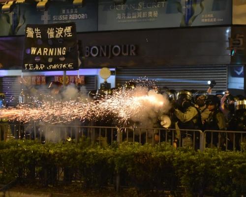 【修例風波 】荃灣防暴警察發射防暴槍及催淚彈驅散
