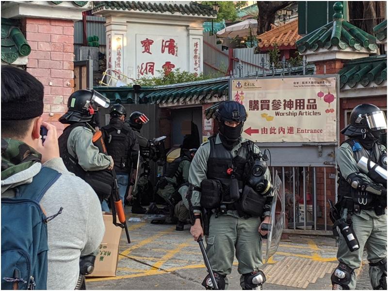 警方在黃大仙拘捕多名男女。網上圖片