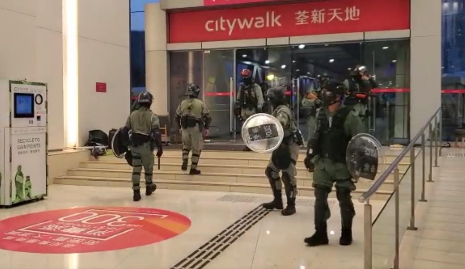 防暴警察於荃新天地內制服並拘捕一名男子。 資料圖片