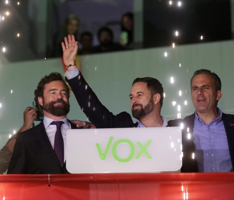 极右「声音党」,议席增加超过一倍,跃先成为第三大党,党高层与支持者庆祝。
