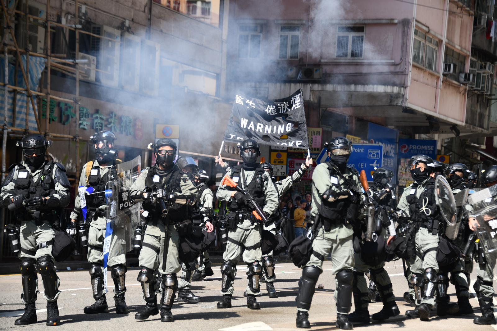 防暴警員衝出,並在筲箕灣道舉黑旗。