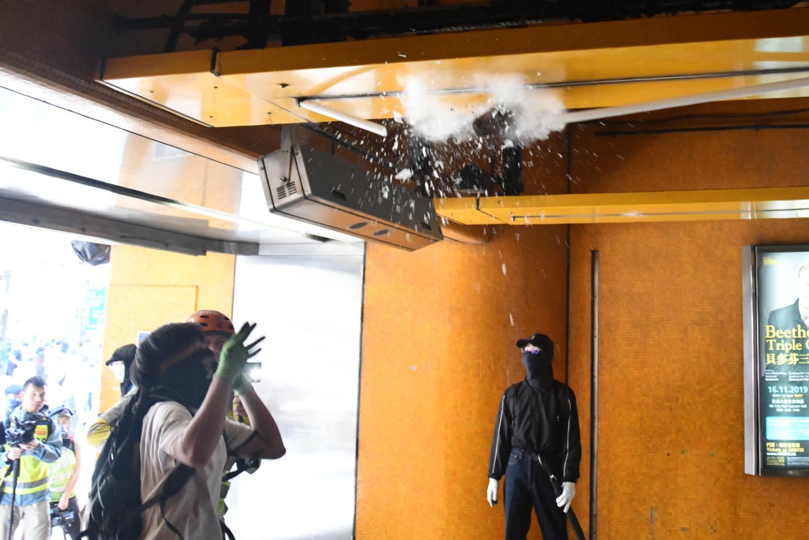 一批黑衣蒙面人破壞港鐵西灣河站設施。