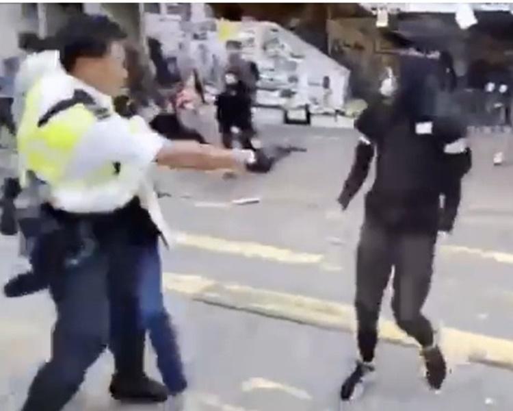 交警向一名黑衣青年開槍。