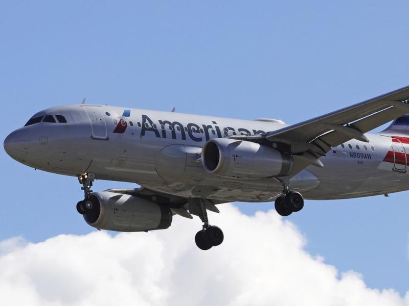美國航空班機上一名男子抓隔壁乘客下體。AP