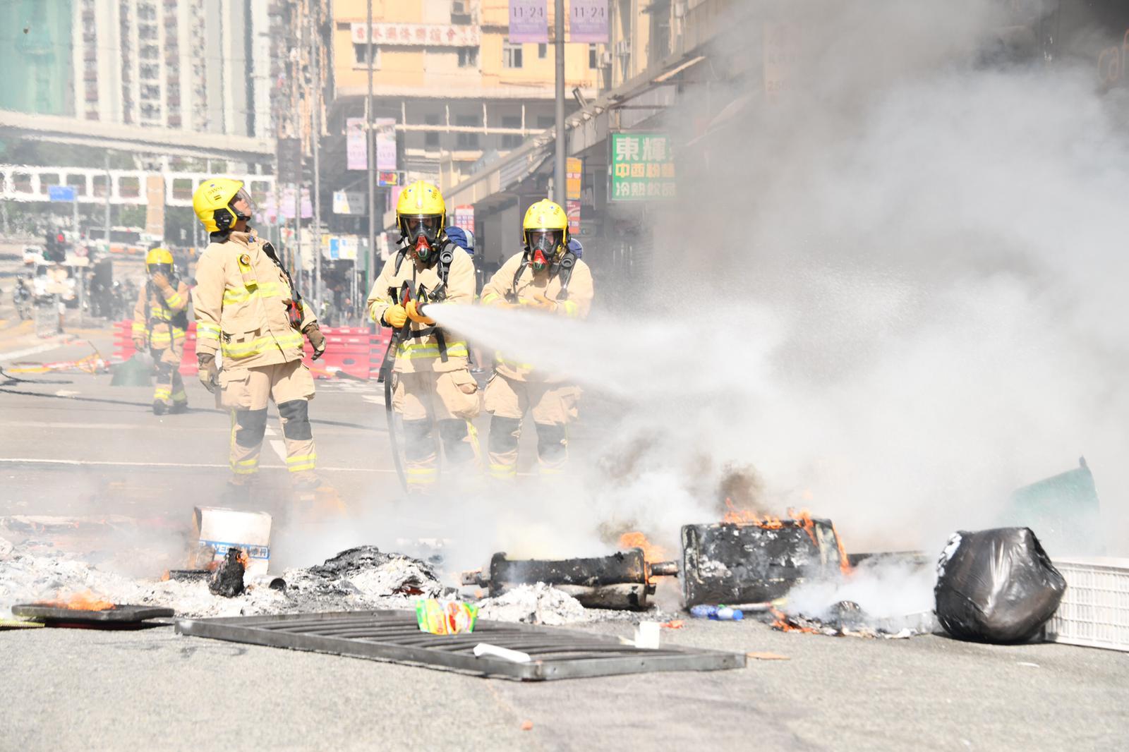 有人堆雜物縱火堵路,消防到場將火救熄。