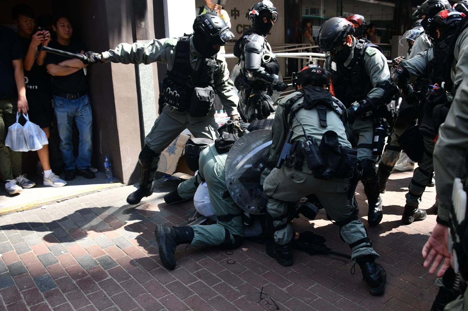 防暴警到場驅散,至少制服1人。