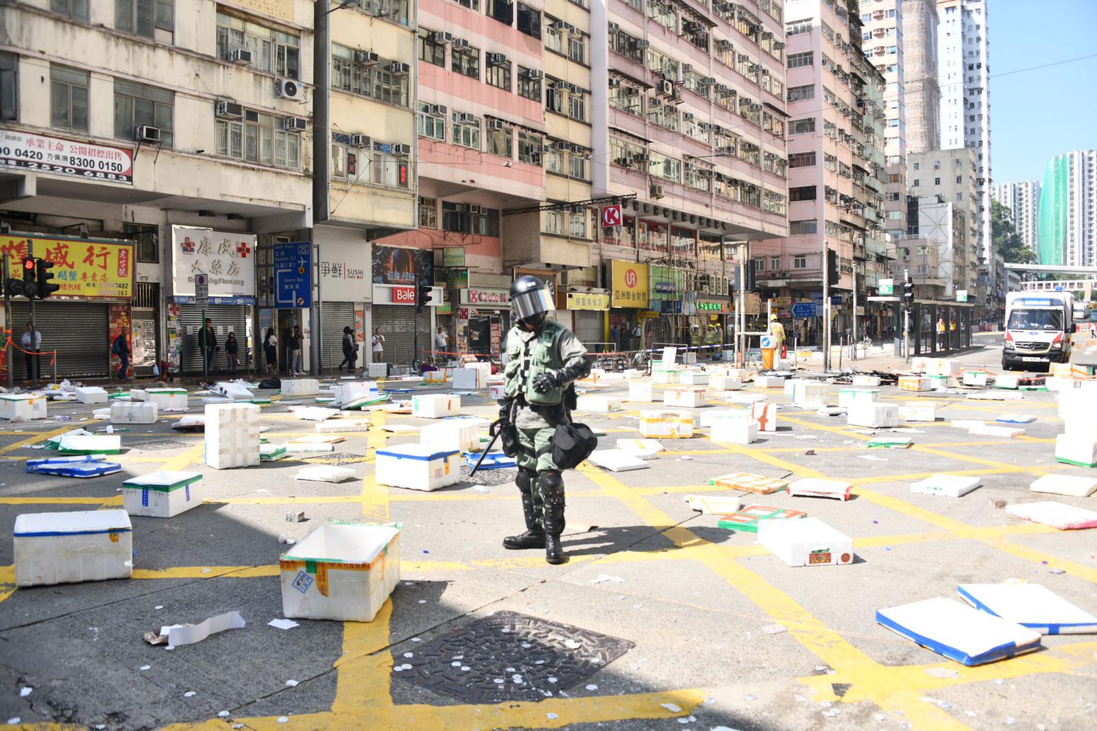 示威者在馬路放置大量發泡膠箱阻礙行車。