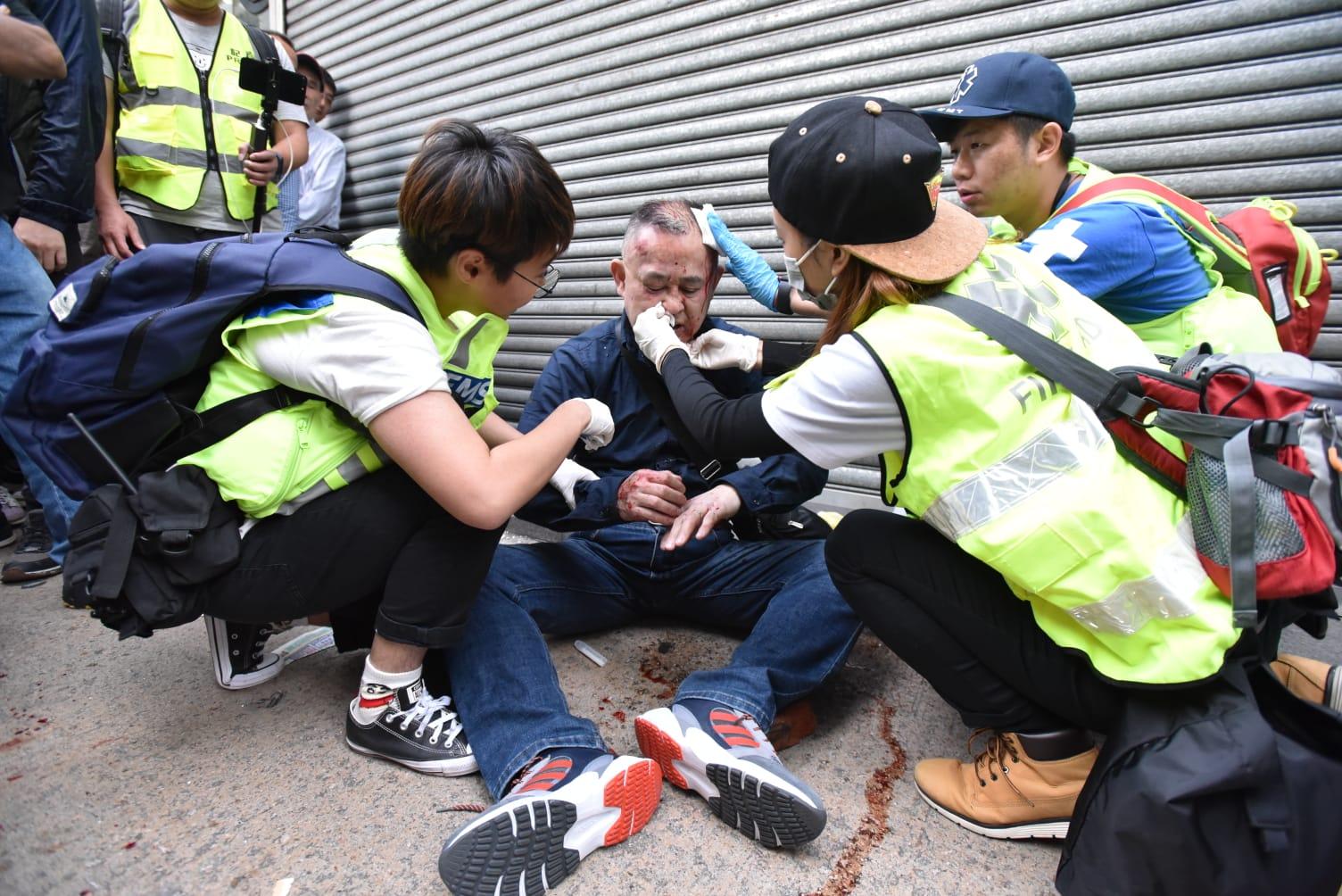 該名日本遊客在場接受治理。