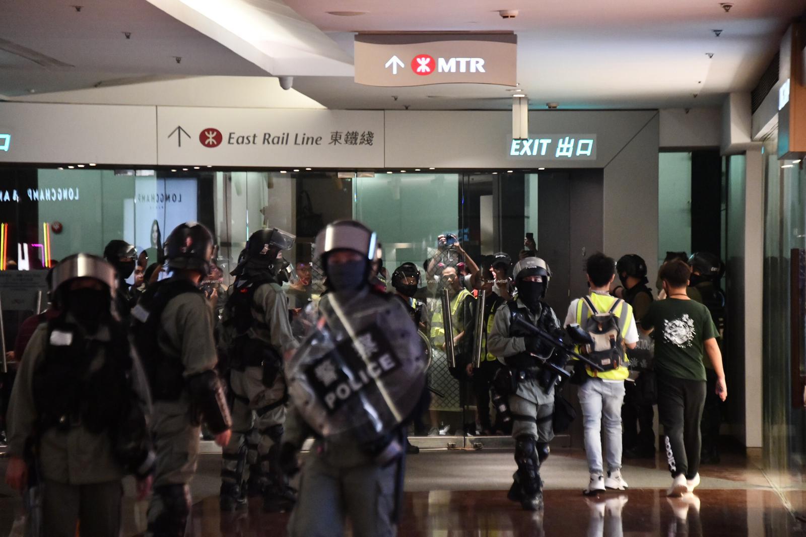 防暴警察昨日進入又一城商場。資料圖片