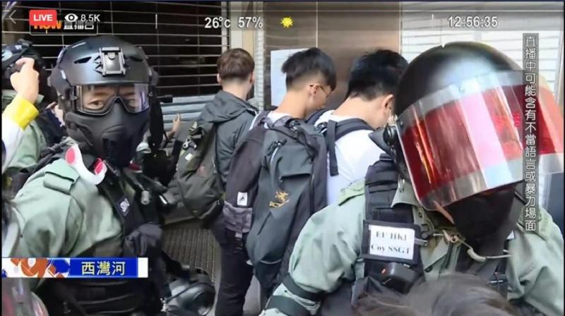 警方進入聖十字架堂拘捕5人。Now新聞截圖