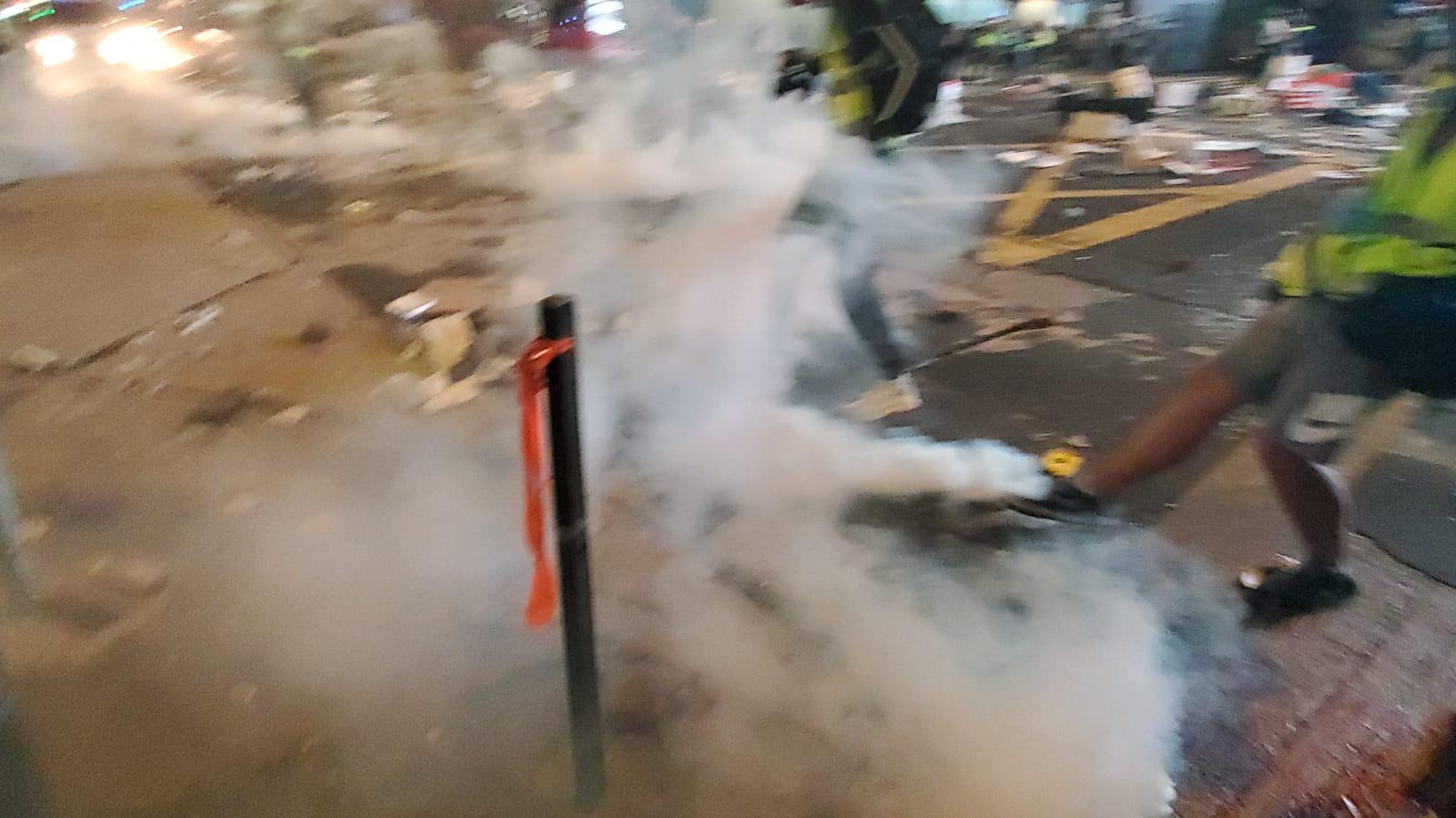 防暴警察多次發射催淚彈驅散。