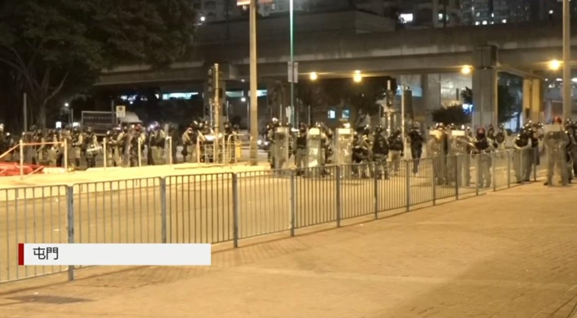 屯門警方驅散示威者。有線新聞截圖