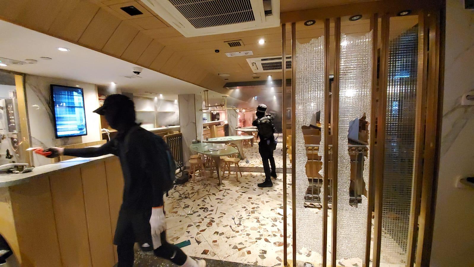 示威者大肆破壞翠華餐廳。