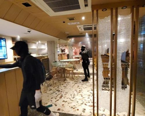【大三罷】示威者大肆破壞旺角翠華及太興 縱火燒路障傳爆炸
