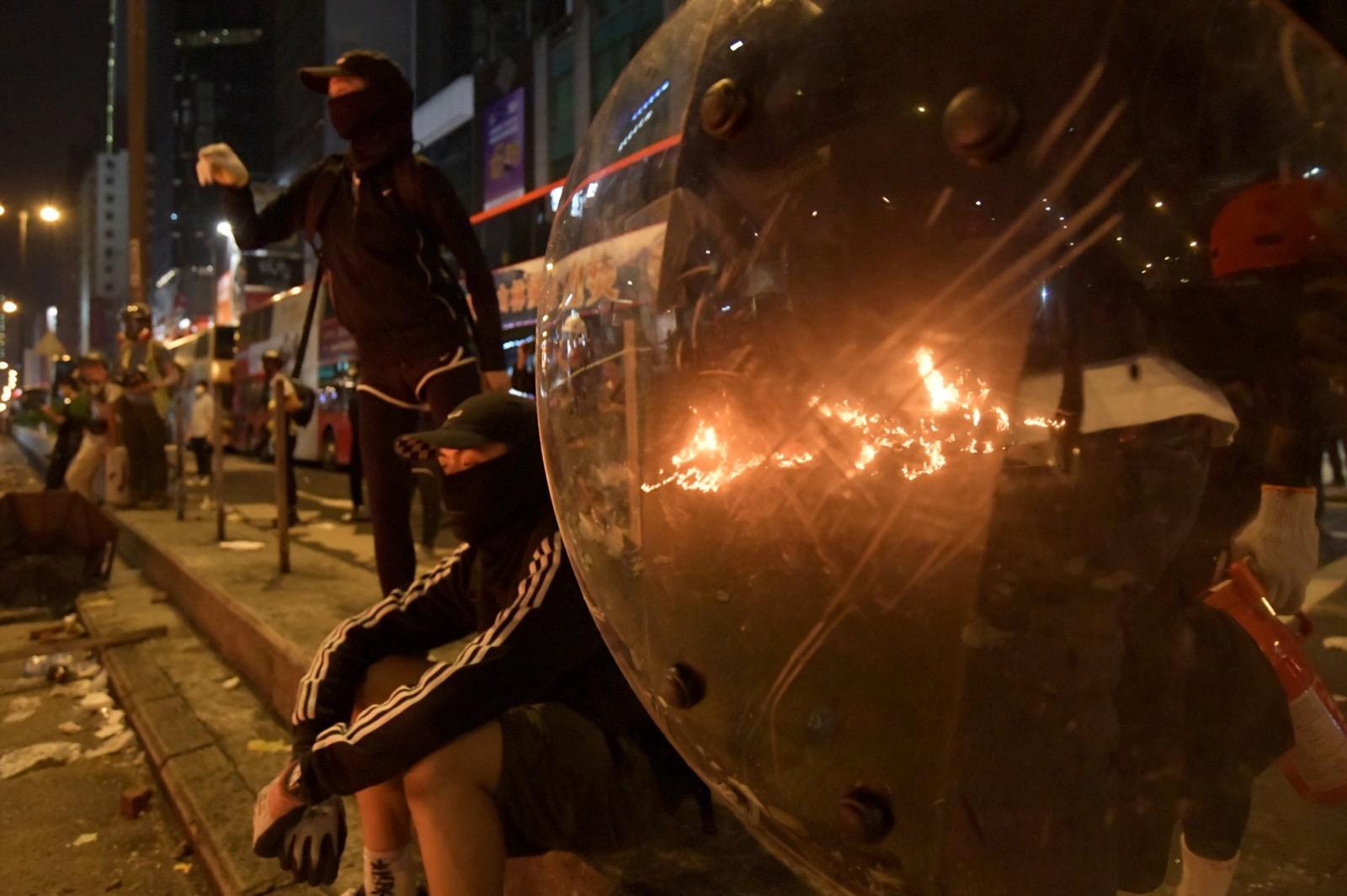 示威者縱火燒路障