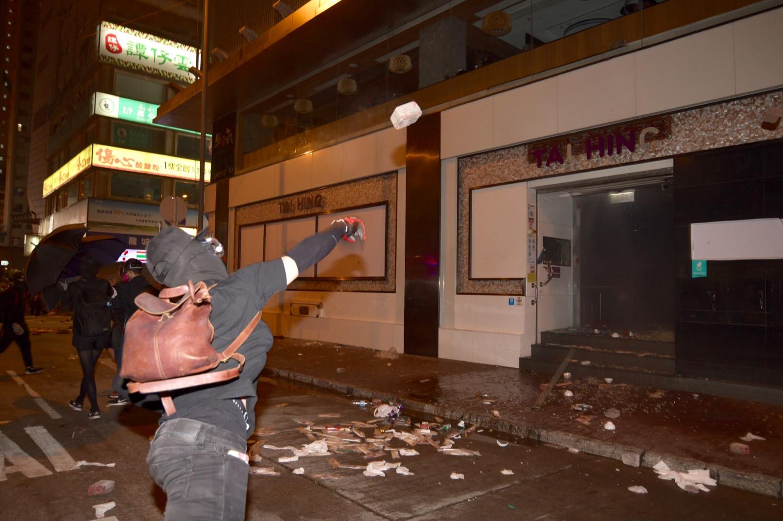 示威者大肆破壞太興餐廳。
