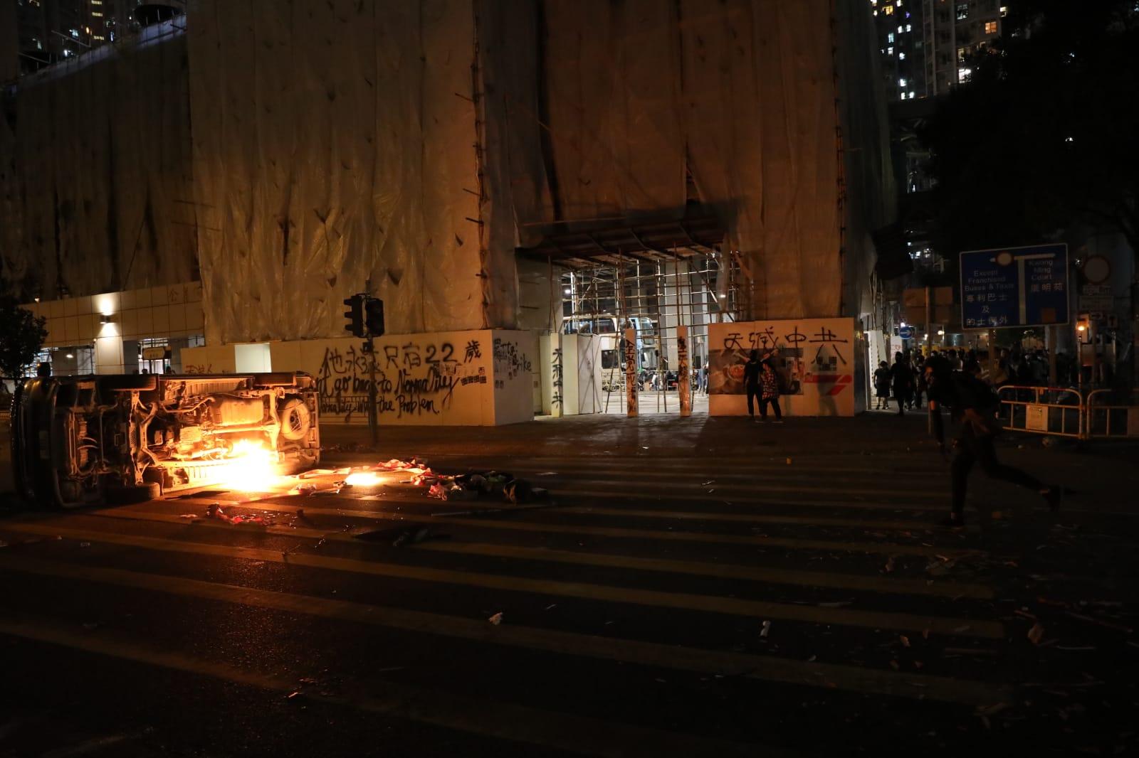 示威者放火燒車。